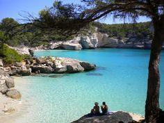 Cala Mitjana, Menorca: Es una pequeña cala al sur de Menorca. Sus aguas azules y su situación central en la isla, al lado de Cala Galdana, la hacen recomendable y accesible para todo el mundo.