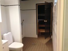 Tässä IsoPiippola -kodissa on valkoisen laatan tehosteena käytetty Quattro -boordia. Muurattu seinäke jakaa wc-tilan erilliseksi suihku- ja saunatilasta