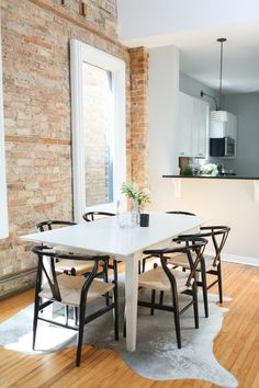 The Everygirl Co-founder Danielle Moss' Chicago Apartment Tour Chicago Apartment, Apartment Living, Apartment Therapy, Apartment Design, Minimalist Apartment, Design Moderne, White Decor, Dining Room Design, Home Kitchens