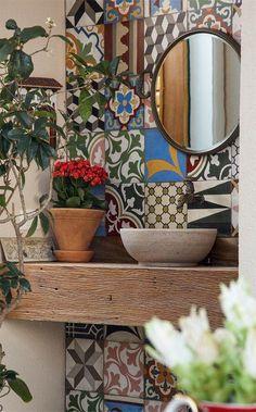 Imágenes para dar a tu baño un nuevo aire, los azulejos y la madera marcan su carácter.