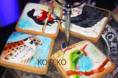 This was the cupcakes and cookies for a Birthday Cuban Party. The motive was cuban birds. So I painted many cuban birds over the royal iced cookies.