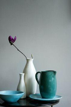 Schalen, Krüge und Vasen stammen von Canvas. OCHRE