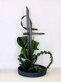 Resultado de imagen de how to staple foliage designs in floral arrangements Ikebana Arrangements, Ikebana Flower Arrangement, Art Floral, Deco Floral, Contemporary Flower Arrangements, White Flower Arrangements, Japanese Floral Design, Japanese Flowers, Flower Show