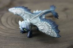 These miniature animal figurines inspired by fantasy are painted with acrylic by hand. I use materials such as resin and velvet clay to sculpt these figurines. It takes several hours to several days and even weeks to complete more complex works. Clay Dragon, Dragon Crafts, Dragon Art, Polymer Clay Animals, Polymer Clay Crafts, Desenhos Love, Cute Fantasy Creatures, Dragon Jewelry, Cute Dragons