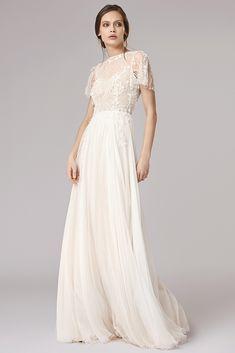 Lullaby est une robe de mariée à encolure bateau et manches en dentelle et mousseline....