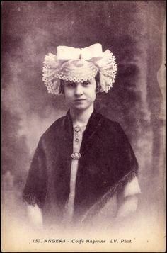 Postcard Frau in Tracht aus dem Anjou, Spitzenhäubchen