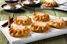 Recipe Of The Day: Cretan Lychnarakia (Sweet Cheese Pies) Cheese Pies, Greek Recipes, Recipe Of The Day, Caramel Apples, Pumpkin Carving, Nutella, Food To Make, Cooking Recipes, Sweets