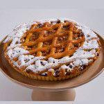 A Torta Maçã da Nonna é feita com: Fina massa sucreé com recheio de maçãs carameladas e pedacinhos de nozes crocante.