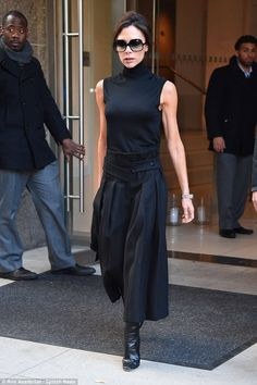 Victoria Beckham shows off her svelte figure in statement midi skirt - Celebrity Fashion Trends Victoria Beckham Outfits, Victoria Beckham Stil, Daily Mail Celebrity, Daughters Day, Daddy Daughter, Wide Leg Cropped Pants, Girl Standing, Evening Outfits, Black Tops