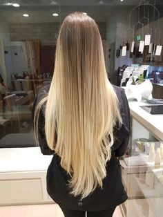 The ombre hair trend has been seducing for some seasons now. More discreet than tie and dye, less classic than sweeping, this new technique of hair. Best Ombre Hair, Brown Ombre Hair, Ombre Hair Color, Beautiful Long Hair, Gorgeous Hair, Pretty Hairstyles, Straight Hairstyles, Pinterest Hair, Mi Long