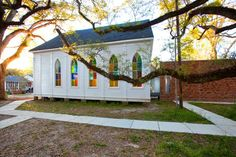 Side of Temple Sinai with oak trees