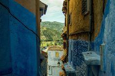 Die blaue Stadt am Morgen, noch bevor die ersten Händler die Türläden aufsperren und sich die Gassen füllen. Erlebt mit mir den Zauber der blauen Stadt!