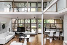 MESTARILLISESTI NYKYAIKAAN PÄIVITETTY GRAAFINEN TAIDENÄYTÖS Tervetuloa tutustumaan tähän arkkitehtonisesti kiehtovaan kotiin Westendin sydämessä. Tämän rivitalokodin on suunnitellut tunnettu arkkitehti Erkki Kairamo ja talo valmistui 1972. Kodin linjoissa näkyy ajan hengen konstruktivistinen tuulahdus, Kairamon leikittelevä ja luova tyyli, mutta myös ajaton, kansainvälinen ja nykyaikainenkin muotokieli. Tämä on koti joka puhuttelee niitä joille tavanomainen ja turvallinen ei riitä, vaan…