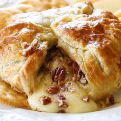 This Brie En Croute might be one of my all time favorite appetizers. Layers of flaky pastry dough, brie cheese, brown sugar, and cinnamon pecans. Finger Food Appetizers, Holiday Appetizers, Yummy Appetizers, Appetizer Recipes, Holiday Recipes, Recipes With Brie Cheese Appetizers, Bre Cheese Recipes, Best Party Appetizers, Thanksgiving Appetizers