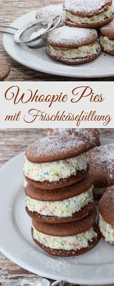 Rezept für leckere Whoopies oder auch Whoopie Pies genannt. Gefüllt sind die leckeren Kuchen mit einer Frischkäsecreme und Raffaello. Dekoriert mit bunten Streusel machen sie auf jedem Kaffetisch etwa (Best Pie)