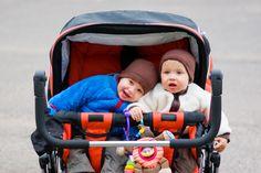 Narodziny bliźniaków to podwójna radość, ale też dwa razy więcej pracy. Dobre rozwiązania w takiej sytuacji to połowa sukcesu. Wybierając wózek dla takiego wesołego tandemu, warto postawić na niezawodność wózka i komfort jego użytkowania.