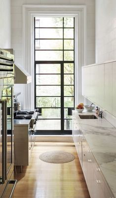 Stunning modern kitchen in a New York brownstone -- perfect mix of contemporary and traditional Kitchen Interior, Kitchen Design, Kitchen Ideas, Kitchen Kit, Kitchen Furniture, Kitchen Decor, Furniture Design, Kitchen Cabinets, Kitchen Appliances
