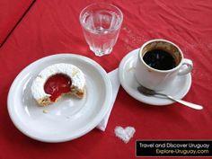 Uruguay mmmmm!!! Un cafe con un espejito con el centro de jalea y espolvoreado con azúcar impalpable