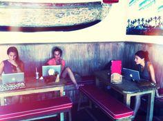 Businesswomen discussing the day , leuke sfeer