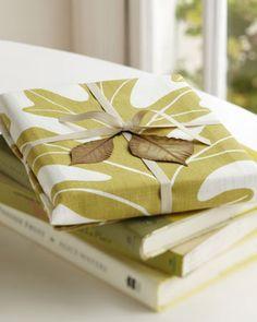 Wrap a cookbook with a tea towel - Studiopatró