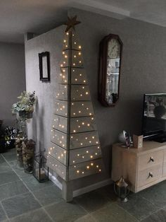 Christmas DIY: Corner Pallet Tree w Corner Pallet Tree with Lights.these are the BEST DIY Christmas Decorations Noel Christmas, Christmas Projects, Winter Christmas, All Things Christmas, Modern Christmas, Beautiful Christmas, Simple Christmas, Corner Christmas Tree, Christmas Photos