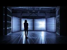 Vier nebeneinander gestellte Leinwände erzeugen die Illusion, in einem Lichttunnel gefangen zu sein | The Creators Project