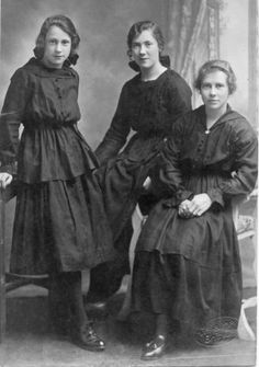 """Photo inscribed """"Lizzie, Alice, and Aggie in mourning for their Mother."""" Looks like late 1915 - early Vintage Photos Women, Vintage Photographs, Edwardian Era, Victorian, Historical Costume, Historical Dress, Mourning Dress, Mother Photos, Mourning Jewelry"""