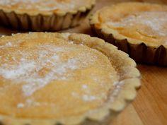 Bij Elisabetta van Ziti Zitoni kregen we een lekker frisse citroentaart als toetje. Officieel heet 'ie 'crostata al limone', maar in Koog aan de Zaan noemen we dat gewoon een citroentaart. Een beetje werk, maar wel een goed nagerecht want deze taart is niet zo machtig!