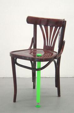 """RÉANIM Chaise """"soignée"""" avec Béquille 2004  Comment donner une seconde vie à un produit ? Cette nouvelle discipline concerne des objets cour..."""
