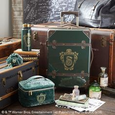 You Can Show Off Your Harry Potter Pride With This Hogwarts-Inspired Luggage: gallery image 2 Harry Potter Style, Harry Potter Mode, Objet Harry Potter, Estilo Harry Potter, Deco Harry Potter, Harry Potter Bedroom, Harry Potter Cosplay, Harry Potter Merchandise, Theme Harry Potter