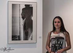 Miriam Rialp junto a su fotografía