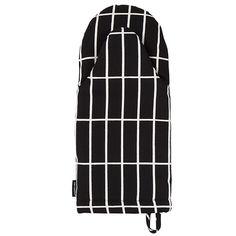 the Marimekko - Pieni Tiiliskivi oven glove, black / white Marimekko, Oven Glove, Little Kitchen, Scandinavian Living, Nordic Design, Beautiful Patterns, Innovation Design, Home Accessories, Kitchen Design