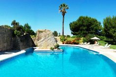 Das Hotel Casal Santa Eulalia ist ein wunderschönes Landhotel auf Mallorca. Abseits vom Trubel und doch nur 2 Kilometer vom Meer entfernt, genießen Familien hier einen entspannten Urlaub. Gemütliche Zimmer, mehrere Pools, SPA-Bereich und Restaurant bieten alles, was es für einen entspannten Familienurlaub auf Mallorca braucht.