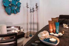 Spa et centre de bien-être à Flaine. Salle de soins avec une décoration moderne, sculptures design en métal, et table de massage.