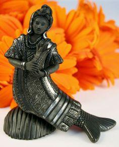 Oaxaca Black Pottery Small Mermaid Flor de Pina Dance Magdalena Pedro Martinez ~ Such beautiful detailing. Beautiful Mexican Women, Mermaid Skeleton, Mermaid Sculpture, Sea Siren, Henna Body Art, Mexican Ceramics, Mexico Culture, Sculptures, Sculpture Ideas