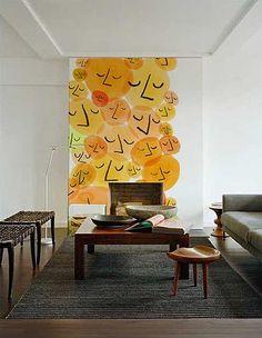Las paredes pueden ser decoradas de muchas maneras. Puedes usar cuadros, estantes, adornos diversos, pero también tienes opciones más osadas, como usar vinilos adhesivos o papel tapiz de pared. No ...