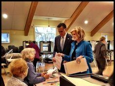 Mitt Romney y su esposa votando.