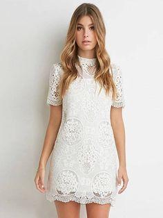 Belíssimo vestido de renda branco com manga curta e discreta gola. Disponível…