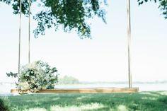 Schommel voor een bruiloft aan het water #wedding #buitentrouwen #ceremonie #schommel #vierverhuur #bruiloft #trouwen