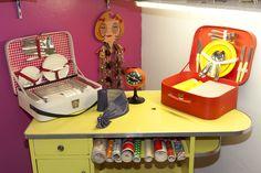 1960 - FORMICA - objets de quotidien, meuble de cuisine en formica jaune. 1970 - valises de picnic, collection privée © Solo-Mâtine, photo: Alexey Melnikov Suitcase, Collection, Luggage Bags, Yellow, Furniture, Light Fixture, Suitcases
