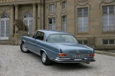 La Mercedes 220 SE / 250SE Coupé (W111) 1961-1965 Mercedes 220, Mercedes Benz Coupe, Mercedes S Class, Classic Motors, Classic Cars, Good Looking Cars, Classic Mercedes, Maybach, Motor Car