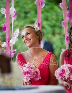 International wedding in Ravello. Eleganti damigelle adulte precedono l'arrivo della sposa.