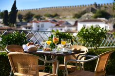 Pousada Castelo Óbidos is a hotel in Obidos castle. With stunning views, this charming hotel will provide you with an unforgettable stay. Outdoor Furniture Sets, Outdoor Decor, Table Settings, Castle, Hotel, Table Decorations, Mornings, Royalty, Meals