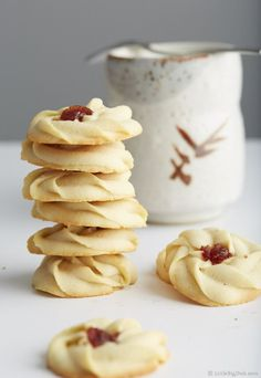 These shortbread cookies are easy to make, in just 25 minutes total. The melt-in-your-mouth goodness with a drop of chewy jam in the middle. They are simply to die for. Do yourself a favor, make this cookies and you will have one of best desserts ever in Spritz Cookies, No Bake Cookies, Yummy Cookies, Yummy Treats, Sweet Treats, Cookies With Jam, Egg Less Cookies, Jelly Cookies, Shortbread Cookies