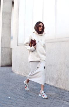 White oversize hoody and skirt - white outfit - sportswear - womens streetwear - sneakers and skirt - sneakers and dress - yoga style - casual work outfit ideas Mode Outfits, Fall Outfits, Casual Outfits, Fashion Outfits, Fashion Trends, Fashion Edgy, Casual Clothes, Sneakers Fashion, Cheap Fashion
