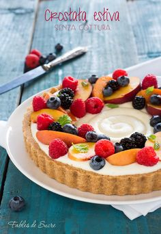La crostata senza cottura alla frutta è un dolce freschissimo, colorato e goloso. Si prepara in mezz'ora e ci potete mettere la frutta che più vi piace.