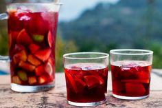 Vous cherchez une recette de sangria faible en calories? Pourquoi ne pas essayer celle-ci? Cette sangria est faite de vin rouge sans alcool – sans culpabilité – et de préparation pour boisson liquide CRISTAL LÉGER Limonade mûres mûres.