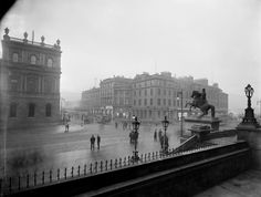 General view of corner of North Bridge and Princes Street, with horse-drawn trolley bus coming down North Bridge. Old Town Edinburgh, Edinburgh Scotland, Portrait Pictures, Horse Drawn, Most Beautiful Cities, Historical Photos, Liverpool, Big Ben, Street