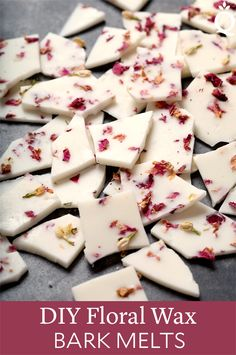 Homemade Valentine Ideas for Your Galentines! These pretty DIY floral wax bark melts via Soap Queen contain real rose and jasmine flowers that accent the beautiful scent of this totally gift worthy Valentine's Day DIY! Homemade Candles, Diy Candles, Scented Candles, Natural Candles, Diy Wax Melts, Scented Wax Melts, Diy Trend, Homemade Valentines, Valentine Ideas