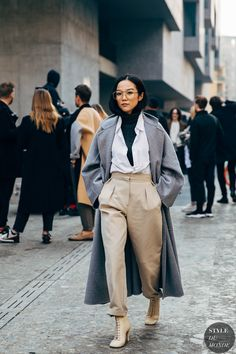 Milan FW 2019 Street Style: Yoyo Cao More from my site The Best Street Style From Milan Fashion Week A/W 2019 Comme, Milan Look Street Style, Street Looks, Asian Street Style, Outfits Con Camisa, Yoyo Cao, Mode Dope, Paris Mode, Japanese Street Fashion, Japanese Minimalist Fashion